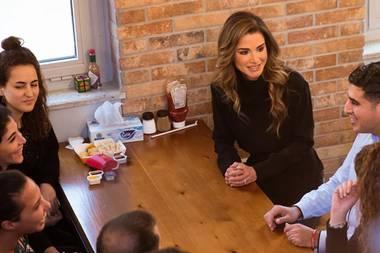26. Februar 2020  Königin Rania spricht mit jungen, talentierten Mitarbeitern von Firmen, die im King Hussein Business Park ihre Basis haben.Neben ihren repräsentativen Pflichten engagiert sich die jordanische Königin sehr für die gesellschaftlichen, sozialen und medizinischen Belange der Frauen und Kinder in ihrem Land, insbesondere für Gleichberechtigungund Bildung.