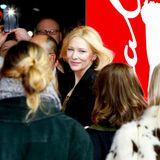"""Auch in einer Menschenmenge kaum zu übersehen: Cate Blanchett bezaubert bei der Premiere von """"Stateless""""."""