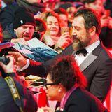 Javier Bardem macht die vielen Autogrammjäger glücklich.