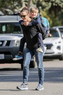 Jennifer Garner trägt ihren Sohn Huckepack