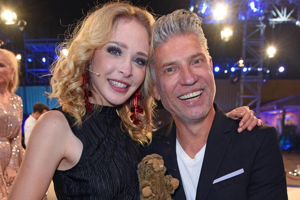 """Theresia Fischer mit Ehemann Thomas Behrend und """"Ziehkind"""" Herbert. Die skurrile Live-Hochzeit des Paares ging in die GNTM-Geschichte ein."""