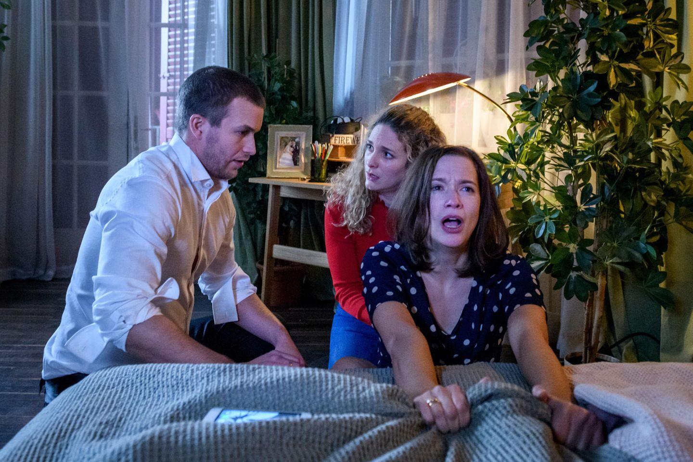 """""""Sturm der Liebe"""":Franzi (Léa Wegmann, M.) und Tim (Florian Frowein, l.) wird klar, dass sie Eva (Uta Kargel, r.) helfen müssen, das Baby auf die Welt zu bringen."""