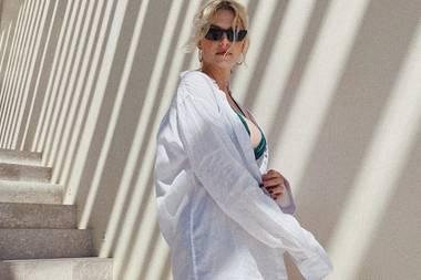 Der perfekte Look für warme Tagen im Sommerurlaub? SEIN weißes Shirt – weiß auch Lena Gercke, die ihrem Freund Dustin kurzerhand sein Hemd geklaut hat. Darunter blitzt nur ihr türkisfarbener Bikini hervor, mehr braucht es nicht. Weniger ist mehr! Den Fans gefällt's! Für das sexy Sommerfoto bekommt das Model viele Komplimente und Likes bei Instagram.