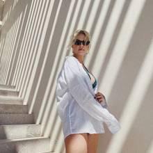 """Der perfekte Look für warme Tageim Sommerurlaub? """"SEIN weißes Shirt"""" – weiß auch Lena Gercke, die ihrem Freund Dustin kurzerhand sein Hemd geklaut hat. Darunter blitzt nur ihr türkisfarbener Bikini hervor, mehr braucht es an sonnigen Tagen nicht. Weniger ist mehr! Den Fans gefällt's! Für das sexy Sommerfoto bekommt das Model viele Komplimente und Likes bei Instagram. Ihren wachsendenBabybauchkaschiert Lena mit dem Oversize-Shirt gekonnt. Schade eigentlich!"""