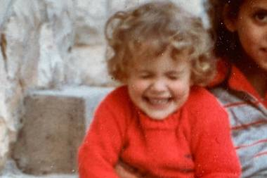 Natalie Portman  Kringellöckchen und ein breites Grinsen: Natalie Portman hatte schon als süßer Fratz den Schalk im Nacken. Oder worüber freut sich der heutige Hollywoodstar so sehr? Auf ihrem Instagram-Profil zeigt uns die Schauspielerin mit diesem Throwback-Foto, dass sie schon damals im zarten Alter von drei Jahren das Zeug zur Entertainerin hatte.