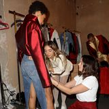 Pauline Ducruet gibt dem Look noch einmal den letzten Schliff, bevor es der Modewelt präsentiert wird.