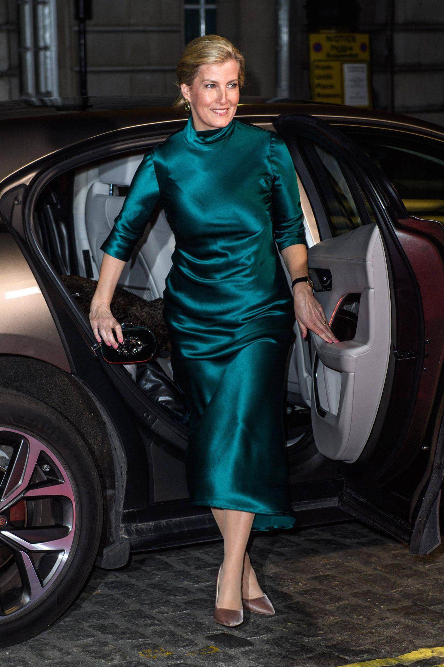 In einem schimmernden Galvan-London-Satin-Kleid in der Farbe Petrol erscheint Gräfin Sophie zur Filmpremiere von Sulphur und White. TaupefarbeneSchuhe in Samtkomplettieren den Look und ergeben einen harmonischen Materialmix. Wenige Stunden zuvor ...