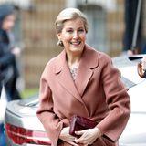 """... zeigt sich die Frau von Prinz Edward noch legerer in einem Woll-Trenchcoat in der Farbe Altrosa, nudefarbene Pumps trägt sie jedoch auch am Tag.Die Gräfineröffnet die """"Countess Wessex Studios"""" in einer Ballettschule in London. Sie selbst erinnert auch ein wenig an eine Ballerina..."""