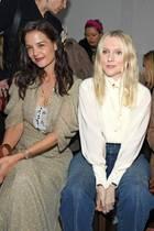 Die Front Row bei Chloé ist fast so aufregend wie der Laufsteg. Katie Holmes, Laura Brown und Kate Bosworth genießen die edlen Designs des Luxuslabels.
