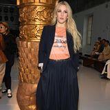 SängerinEllie Goulding kann sich die Chloé-Show natürlich auch nicht entgehen lassen und outet sich mit ihrem T-Shirt als wahrer Fan des Labels.