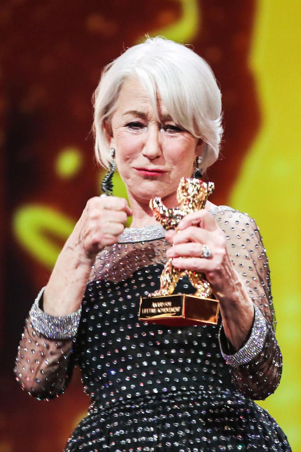 Helen Mirren hält den Goldenen Ehrenbären in der Hand