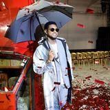 Bei der Off-White-Show in Paris regnet es nicht nur rotes Glitzer-Konfetti, sondern auch hochkarätige Stars. Sänger Usher posiert lässig auf dem Laufsteg.