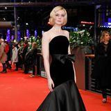 Wow, Elle Fanning trägt eine dramatische Abendrobe im Meerjungfrauen-Stilin schwarz.