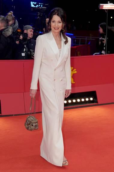 Klassisch-elegant in einem weißen Hosenanzug: Iris Berben.