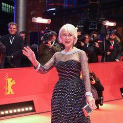 Helen Mirren könnte glatt als Discokugel durchgehen - sie ist der schillernde Mittelpunkt.