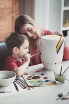 Levi gestaltet die Urne seiner Mama Mia