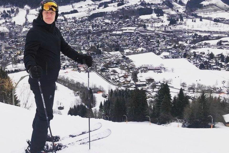 """28. Februar 2020  """"Immer noch flott unterwegs"""", schreibt Bastian Schweinsteiger zu diesem Foto aus dem Skiurlaub. Flott ist er hier gerade zwar nicht unterwegs, aber ein kurzes Verschnaufpäuschen muss ja auch mal drin sein. Wir finden, auf Skiern macht er eine mindestens genauso gute Figur wie auf dem Fußballplatz."""