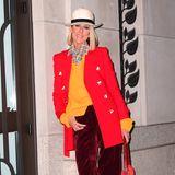 Céline Dion gibt modemäßig mal wieder richtig Gas und zeigt sich in einem knalligen Ensemble: Roter Blazer, orangefarbener Pullover, weinrote Hose.