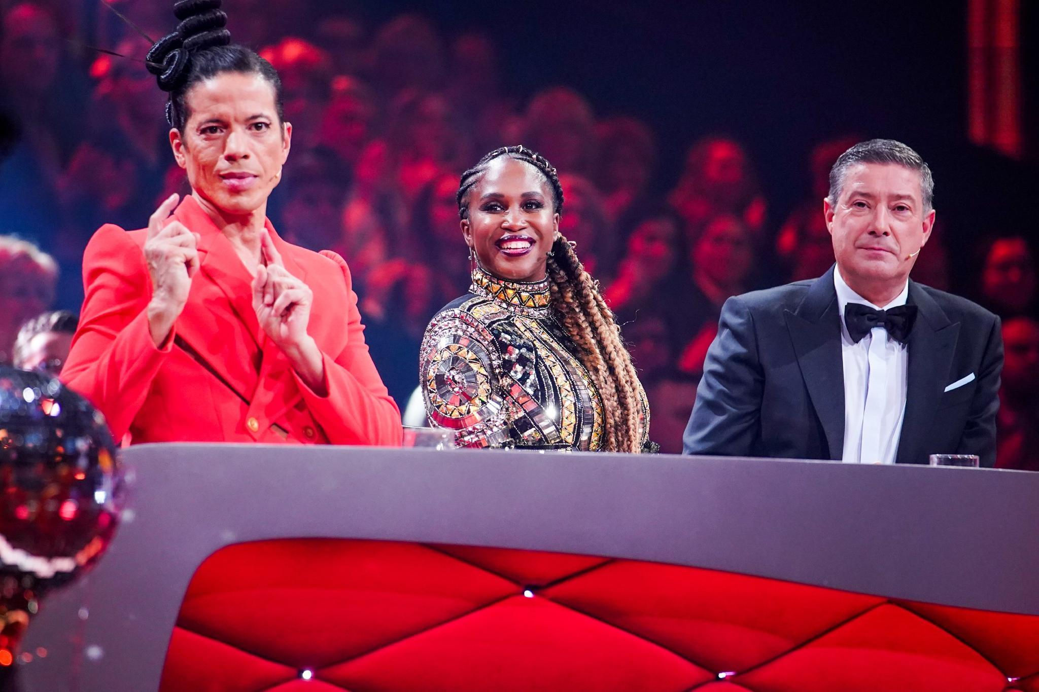 Jorge González (l.), Motsi Mabuse (Mitte) und Joachim Llambi (r.) verteilten in Show eins wieder Punkte.