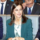 Königin Letizia bringt bei der Bekanntgabe des Gewinners des Prinzessin von Girona-Preises mit einem Look in Petrol Farbe ins Spiel.