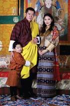 29. Februar 2020  Im Königreich Bhutan wächst die Vorfreude auf das zweite Kind von König Jigme und seiner Königin Jetsun, besonders der kleine Prinz Jigme scheint schon ganz gespannt zu sein auf sein Geschwisterchen, das diesen Frühling das Licht der Welt erblicken soll. Das schöne Familienmotiv wurde heute als offizielles Kalenderblatt für den März 2020 veröffentlicht