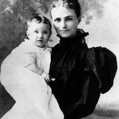 Wallis und Meghan wurden beide in den USA geboren. Wallis kam am 19. Juni 1896 inBlue Ridge Summit,Virginia, zur Welt. Ihre Eltern waren der Geschäftsmann Teackle Wallis Warfield und seine Frau Alice Montague. Auf dem Foto ist Wallis sechs Monate alt und wird von ihrer Mutter im Arm gehalten.