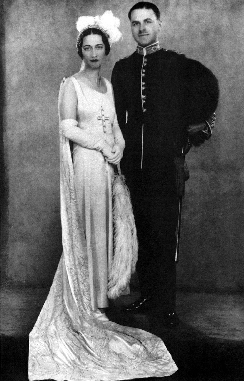 1928heirate Wallis erneut. Diesmal hieß der Bräutigam Ernest Simpson. 1931 lernte Wallis Prinz Edward auf einer Party kennen. Erst wurde sie wurde Teil seines Freundeskreises, dann seine Geliebte und schließlich seine Lebensgefährtin.1937 ließ sich Wallis von Ernest scheiden.