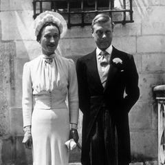 """Nach Edwards Abdankung ziehtdas Paar nach Frankreich. Am 3. Juni 1937 heiratet es im Chateau de Conde. Kein Mitglied der Königsfamilie ist anwesend. Wallis ist jetzt die Herzogin von Windsor. Zeitlebens wird ihr der Prädikatstitel """"Ihre Königliche Hoheit"""" verwehrt. Ein Umstand, mit dem Edward bis zu seinem Tod im Mai 1972 hadern wird. Wallis stirbt im April 1986, ebenfalls in Paris. Sie wird neben Edward im Königlichen Grab aufdemFrogmore-Anwesen in Windsor beerdigt. An der Trauerfeier in der St. George's Kapelle nimmt neben Queen Elizabeth, Prinz Philip und Prinz Charles auch Queen Mum teil."""