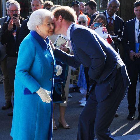 Queen Elizabeth und Prinz Harry haben eigentlich ein gutes Verhältnis. Zu sehen war das unter anderem im Mai 2015, als Harry seiner Oma zur Begrüßung ein Küsschen auf die Wange gab.