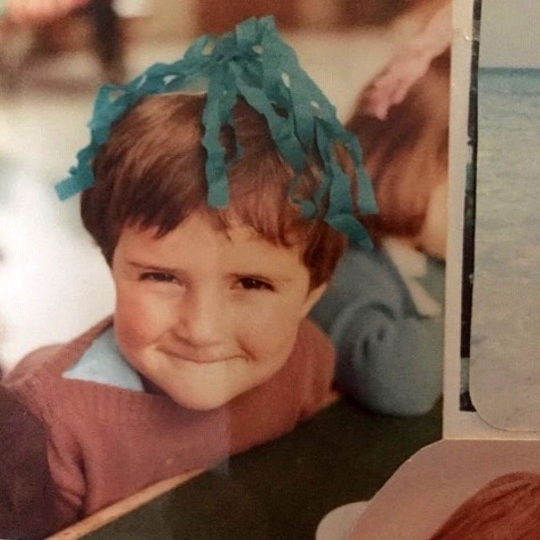 """Orlando Bloom  Er sei schon immer ein""""party boy""""gewesen, schreibt Orlando Bloom auf Instagram unter diesem Flashback-Friday-Foto. Und verschmitzt lächeln konnte er offensichtlich auch bereits in ganz jungen Jahren."""