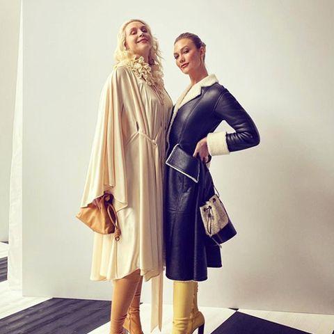 """Groß trifft größer! Zusammen und die Absätze mit eingerechnet sind Gwendoline Christie (1,91 m) und Karlie Kloss (1,88 m) um die 4 Meter groß. 4 Meter """"göttliche Dekadenz"""" wie Society-Liebling Derek Blasberg sein Instagram-Foto kommentiert. Entstanden ist es während der Fashion-Week in Paris."""