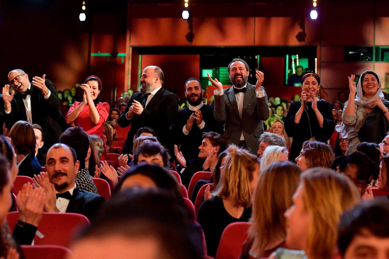 """Riesenfreude beim Team des diesjährigen Berlinale-Gewinners: Der iranische Episodenfilm """"There Is No Evil"""" wird mit dem Goldenen Bären ausgezeichnet."""
