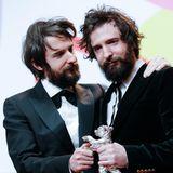 """Die ZwillingeDamiano und Fabio D'Innocenzo können sich gemeinsam über den Silbernen Bären für ihr Drehbuch zu """"Favolacce"""" freuen."""