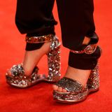Fast noch Aufsehen erregender als ihr Silberner Bärsind aber ihre Glamour-High-Heels.