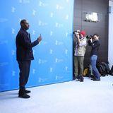 Omar Sy schießt zurück. im Gegensatz zu den großen Apparaten der Fotografen zwar nur mit seiner Handykamera, aber für ein Erinnerungsfoto aus Berlin reicht es.