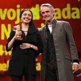 Jury-Präsident Jeremy Irons und Bérénice Bejo freuen sich zusammen mitBaran Rassulof, die die Auszeichnung im Namen ihres Vaters MohammedRassulof entgegennimmt. Der Regisseur hatte keine Reiseerlaubnis erhalten.