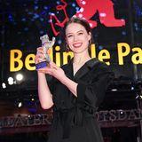 """Ein Bär für die Beer: Paula Beer freut sich über ihre Auszeichnung als Beste Darstellerin in """"Undine""""."""