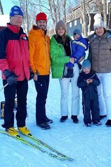 1. März 2020  Sportliche Grüße aus dem Schnee schicken uns die Schweden-Royals aus Jämtland. König Carl Gustaf, Prinz Carl Philip, Prinzessin Sofia und ihre beiden Jungs Gabriel und Alexanderund natürlich Königin Silvia genießen dort einen Familientag beim Skifahren. Besonders süß: Der Regenbogen-Look ihrer Winteroutfits.