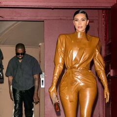 Zum Gottesdienst von Gatte Kanye West kommt Kim Kardashianim Ganzkörper-Gummischlauch. Ob das wohl der passende Anlass für den Look ist?