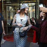 Außen Plastik, innen Chanel: Bella Hadid verlässt im schaurig-schönen Chanel-Look ihr Hotel und wird sogleich von wartenden Fans umringt.