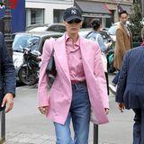 XL-Barbie-Blazer zu Springerstiefeln? Fragwürdig, liebe Bella Hadid. Aber das ist man von ihr ja schon gewohnt.