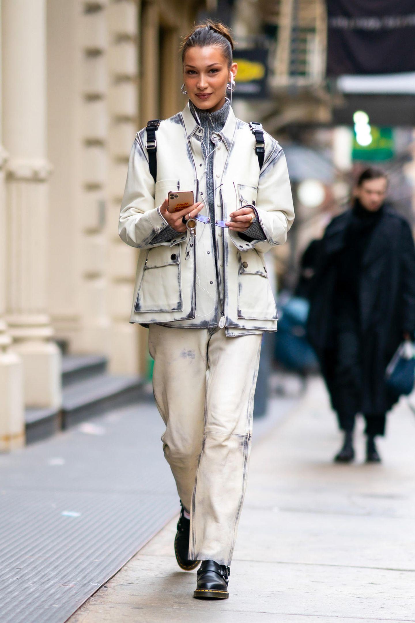 Ist das noch gar nicht fertig? Doch doch, dieser exzentrische Look von Bella Hadid soll genau so unfertig aussehen. Wer's tragen kann...