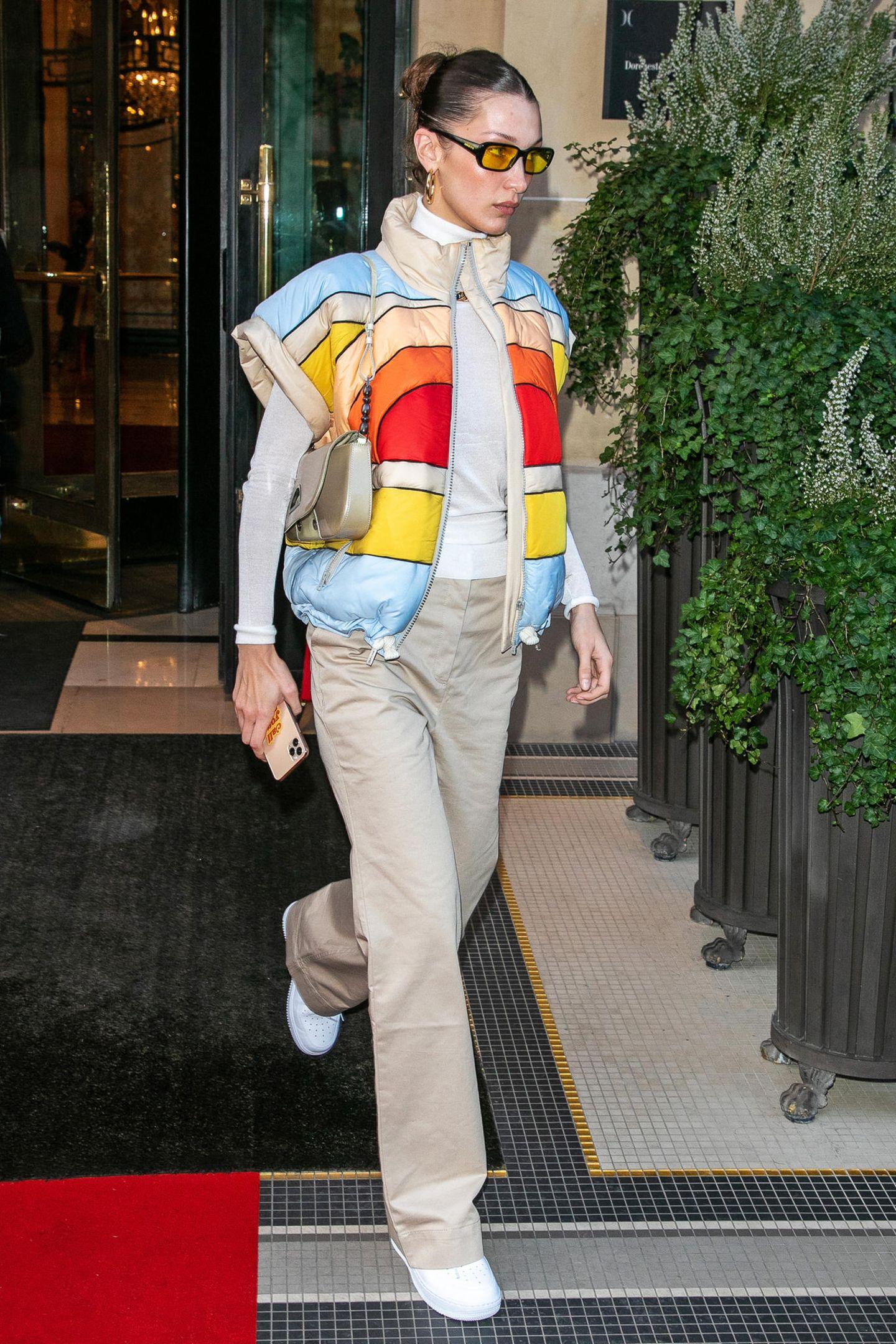 Wow, was für ein cooler Streetstyle! Model Bella Hadid macht mit nur einem Statement-Piece, in diesem Fall der Colourblocking-Weste, einen ansonsten langweiligen Look anbetungswürdig.