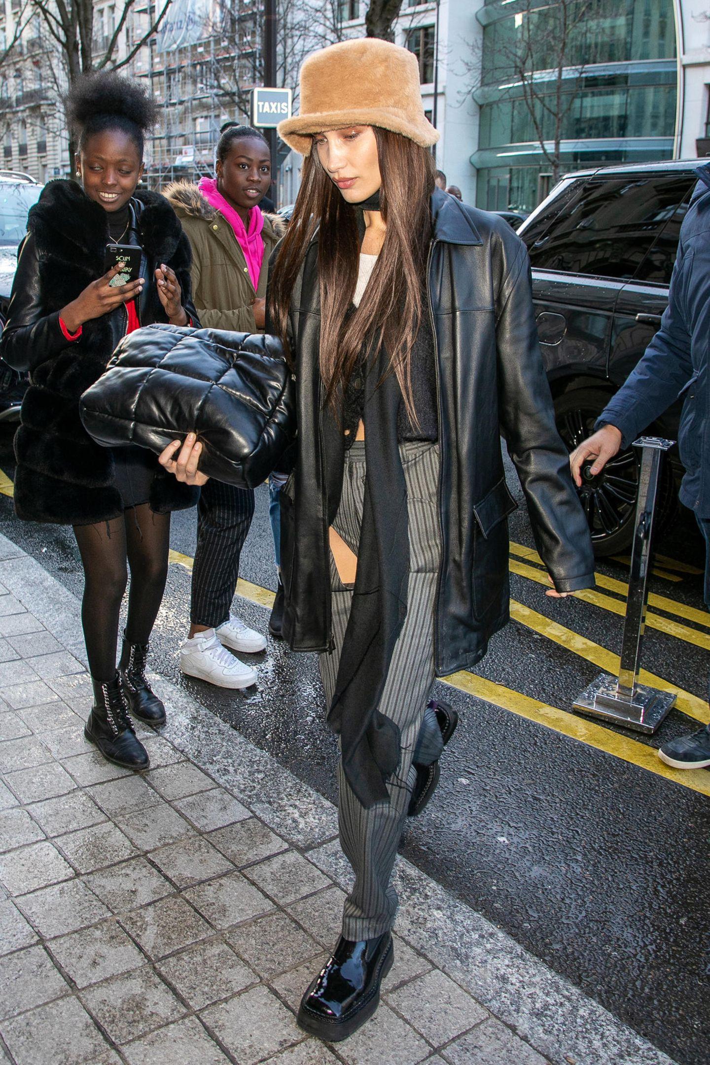"""Lang leben die Neunziger! Mit ihrem wilden Look, der Grunge und Highschool-Mode zu vereinen scheint, könnte Bella Hadid locker in einem Remake von """"Clueless"""" mitspielen."""