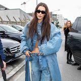 Uff. Da quält man sich als Model tagein tagaus, um dünn zu sein - und dann trägt Bella Hadid diesen monströsen Jeans-Look im XXL-Format. Modisch ist das,ja, aber auch schön?!