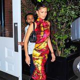 """An ihrem 23. Geburtstag geht Bella Hadid modisch aufs Ganze. Das Vintage-Samtkleid von Dior (designt vonJohn Galliano)kombiniert sie mit einer Schultertasche von Chanel und """"Carmen""""-Lederstiefeln von Paige."""