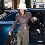 """Wieder ein ganz typischer Look für """"Model of the Moment"""" Bella Hadid: Plüsch-Hut, Lederjacke und karierte Wide-Leg-Hose ergeben ein nicht gerade stimmiges, aber definitiv auffälliges Outfit."""