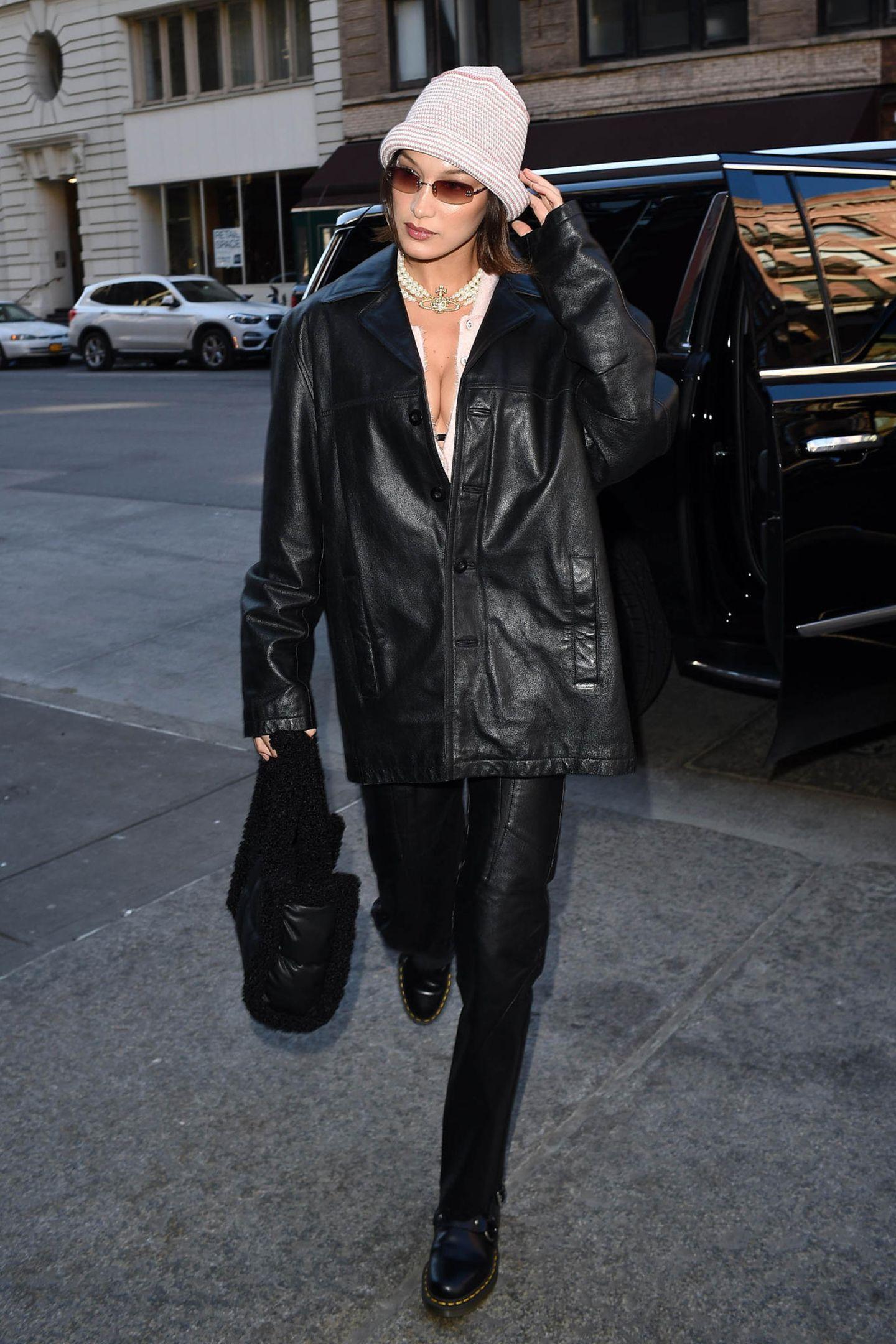 Black is beautiful - und Leder scheint sowieso immer zu gehen. Findet auch Bella Hadid, die neben den cremefarbenen Accessoires auch durch ihren Ausschnitt auf sich aufmerksam macht.