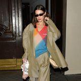 Maskuline XXL-Schnitte gehören zu den Lieblingsstyles von Bella Hadid. Ihren beigen Hosenanzug peppt sie mit Matrix-Sonnenbrille und farbigem Wollpullover etwas auf.