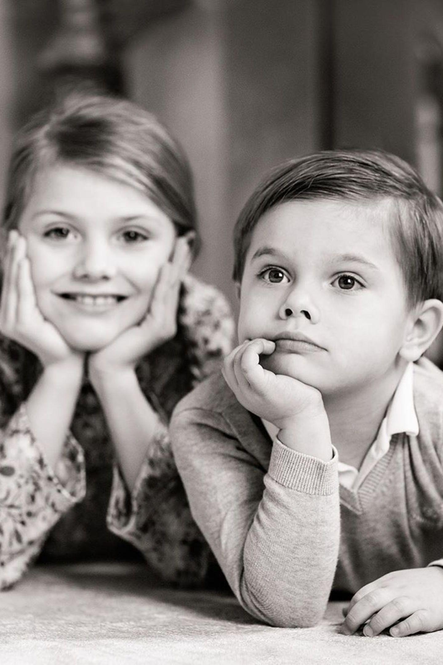 Während seine Schwester, Prinzessin Estellefreudig in die Kamera strahlt, wirkt Prinz Oscar ganz verträumt. Dieses neue Foto der Geschwister stammt aus dem gleichen Shooting wie die Bilder, die zu Prinzessin Estelles achtem Geburtstag Ende Februarveröffentlicht wurden.